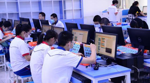 厦门一中科技创新活动中心启用 包含5个实验室 创新模式走在全国前列
